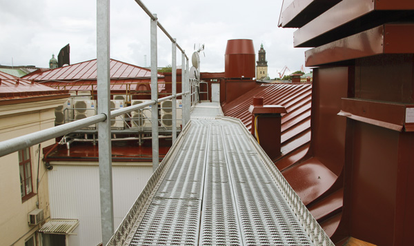 Quick evacuation with evacuation gangway